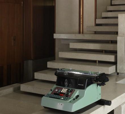 La scala d'ingresso del Negozio Olivetti